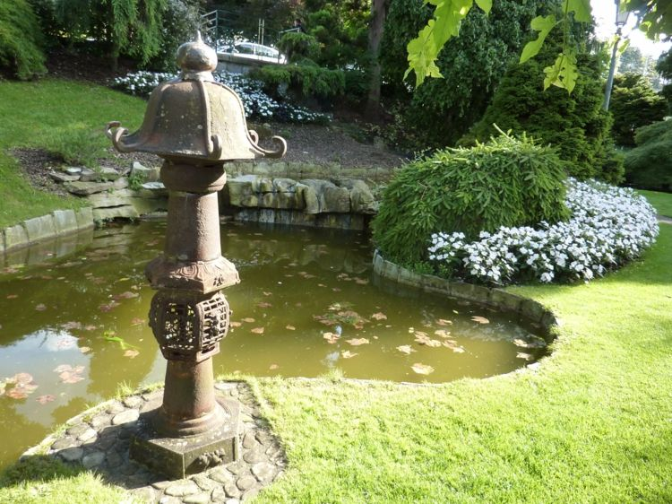Asiatische Gartendeko teich-leuchtturm-metall-gruen-gras Garten