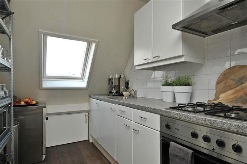 Keuken Met Dakraam : De keuken beschikt over een dakraam en is voorzien van een