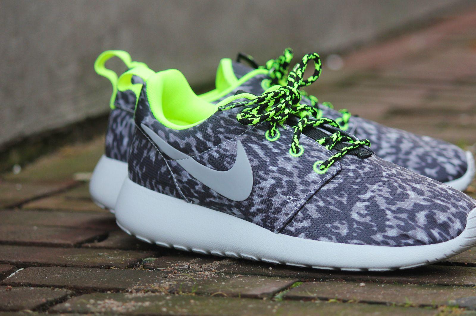 c41d65cd56aa Nike Rosherun Print Cool Grey   Volt - 599432-070