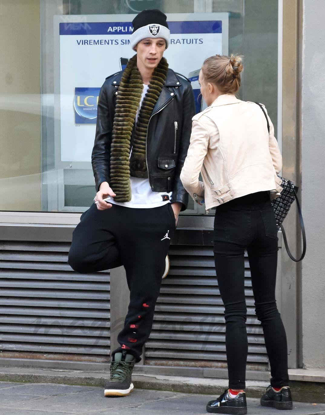 Lily Rose Depp y su novio Ash Stymest en París
