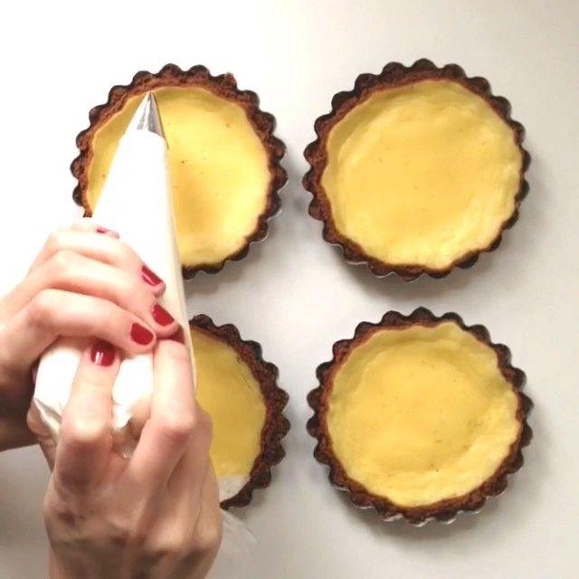 C h a n t i l l y  Mini-vidéo pour vous montrer une utilisation détournée de la douille Wilton 123 pour les ruffle cakes, on peut s'en servir pour le dessus des tartes aussi • je vous souhaite un très beau week-end