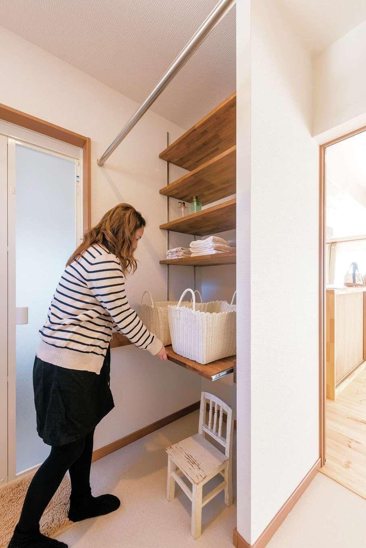 洗面脱衣室の棚は最下部だけ引き出し式に 洗濯物干しが楽にできるよう