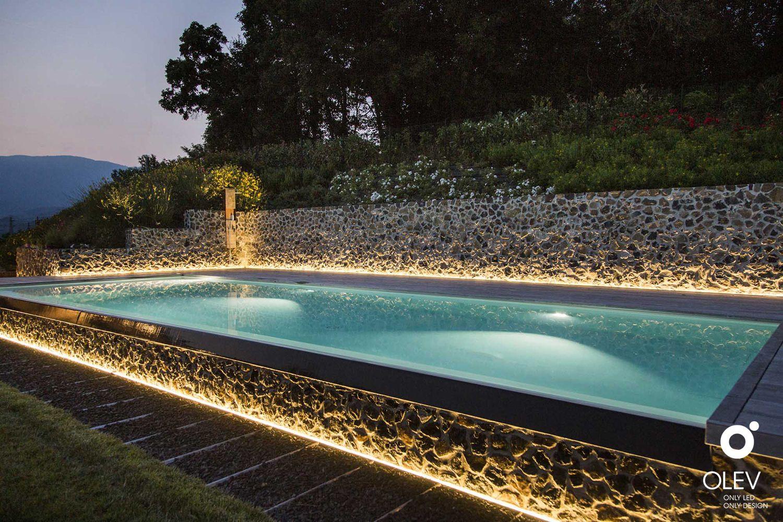 Illuminare Il Bordo Della Piscina Nel Giardino Nel 2020 Disegni Piscina Piscina Illuminazione Giardino