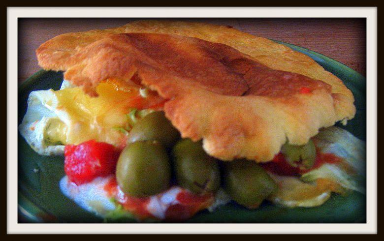 Tässä aamiaispitaleivässä voit käyttää jugurtin tilalla esimerkiksi Crème Bonjour 13% Cusinen Chili & Parikaa tuomassa lisäpotkua leipäseen.  #cremebonjoursuomi #tuorejuusto #pitaleipä #eväs #piknik #aamiainen #voileipä www.cremebonjour.fi