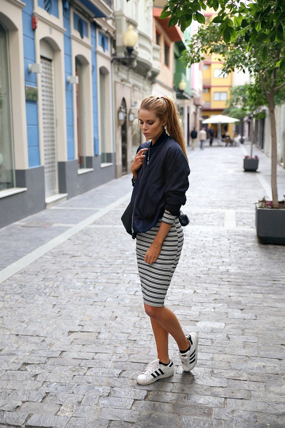 Josefin Ekström shows us how to wear a bomber jacket with dresses, creating a contrast between the tightness of the midi dress and the oversized nature of the jacket. This look is ultra cool, and can be dressed up or down! Bomber Jacket - Josefin Ekström for Na-kd / Dress - Bershka