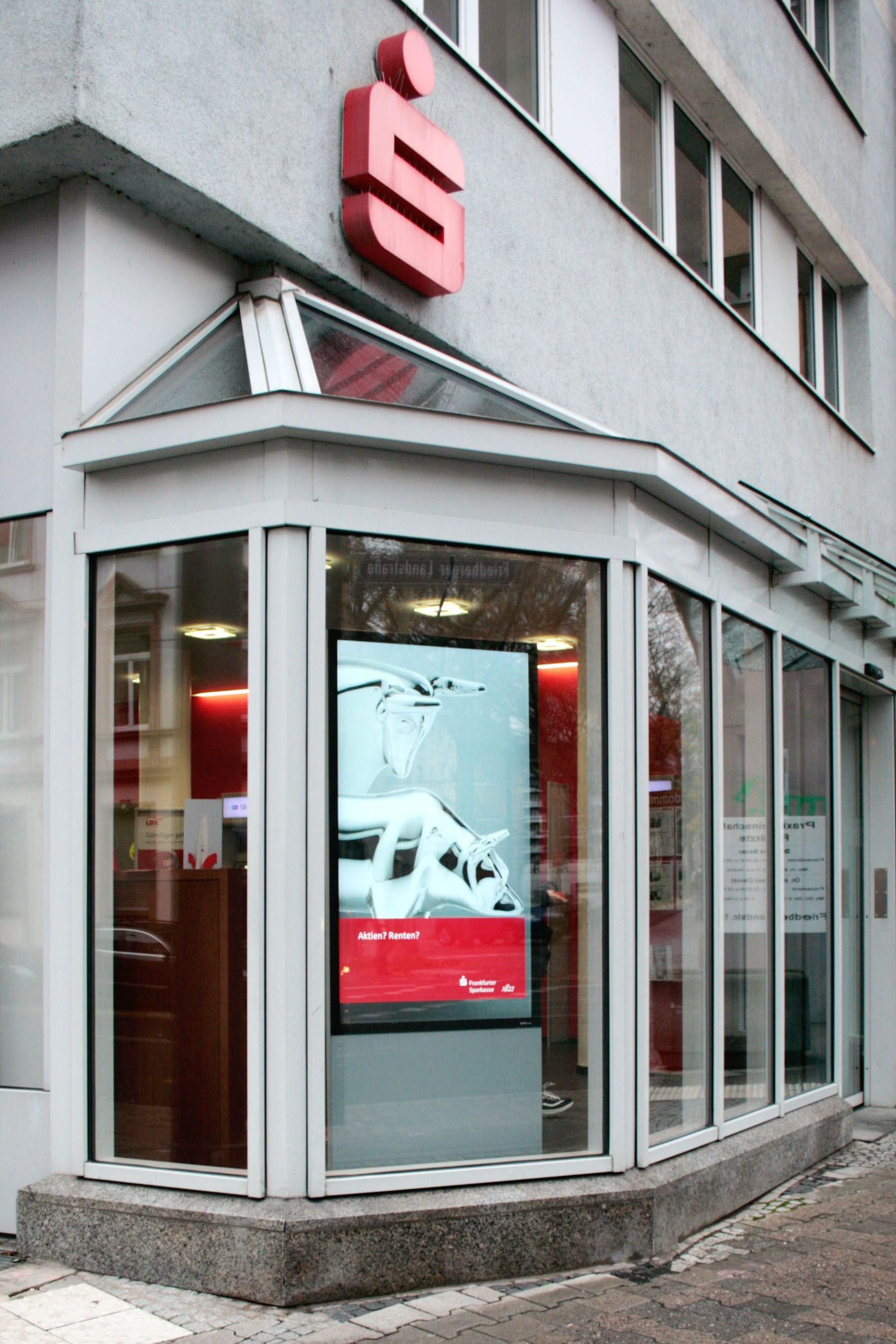 Schaufensterwerbung Digital Signage Nutzung Bei Der Frankfurter Sparkasse Sparkasse Schaufenster Bank