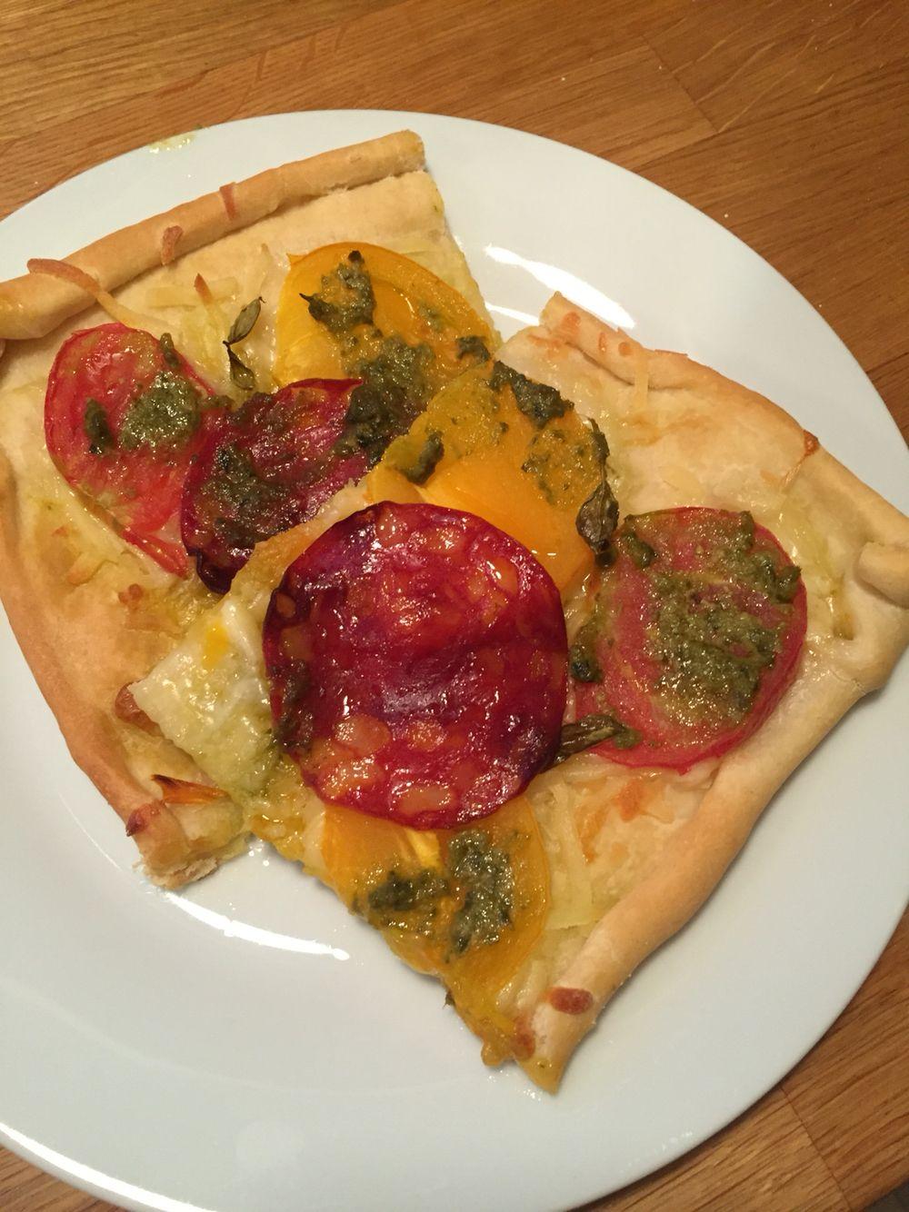 Pizza med revet ost, friske, solmodne, saftige tomater, chorizo og grøn pesto med hvidløg 🍕
