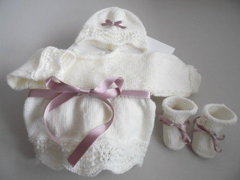 5748ac899820c Brassière bébé avec bonnet et chaussons