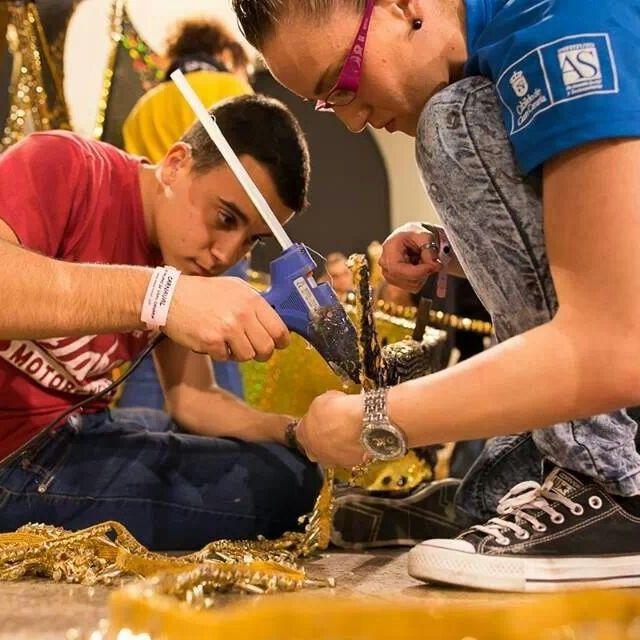 Trabajando Antes De La Gala De La Reina Del Carnaval De Las Palmas De G C 2014 Trajes De Carnaval Carnaval Palmas