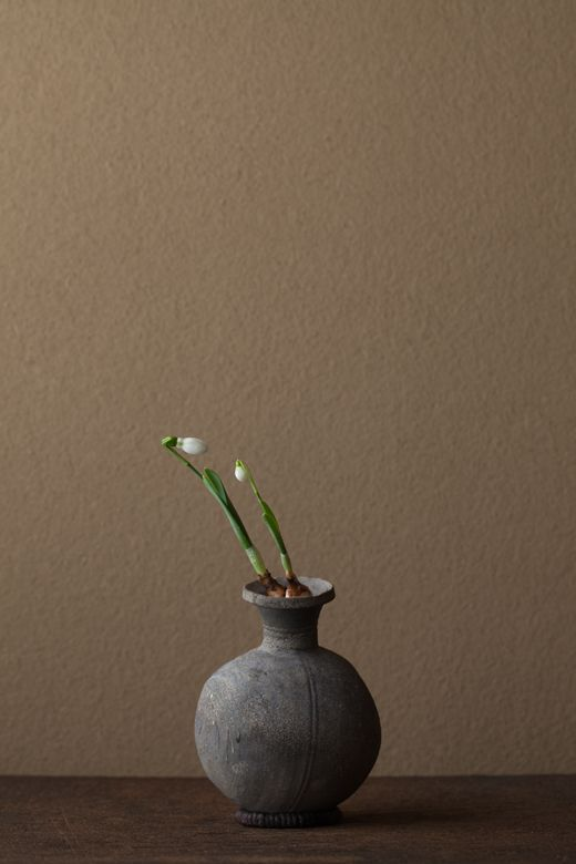 2012年3月26日(月)    幼いふたりが言葉を交わす姿。   花=スノードロップ   器=須恵器壺(古墳時代)