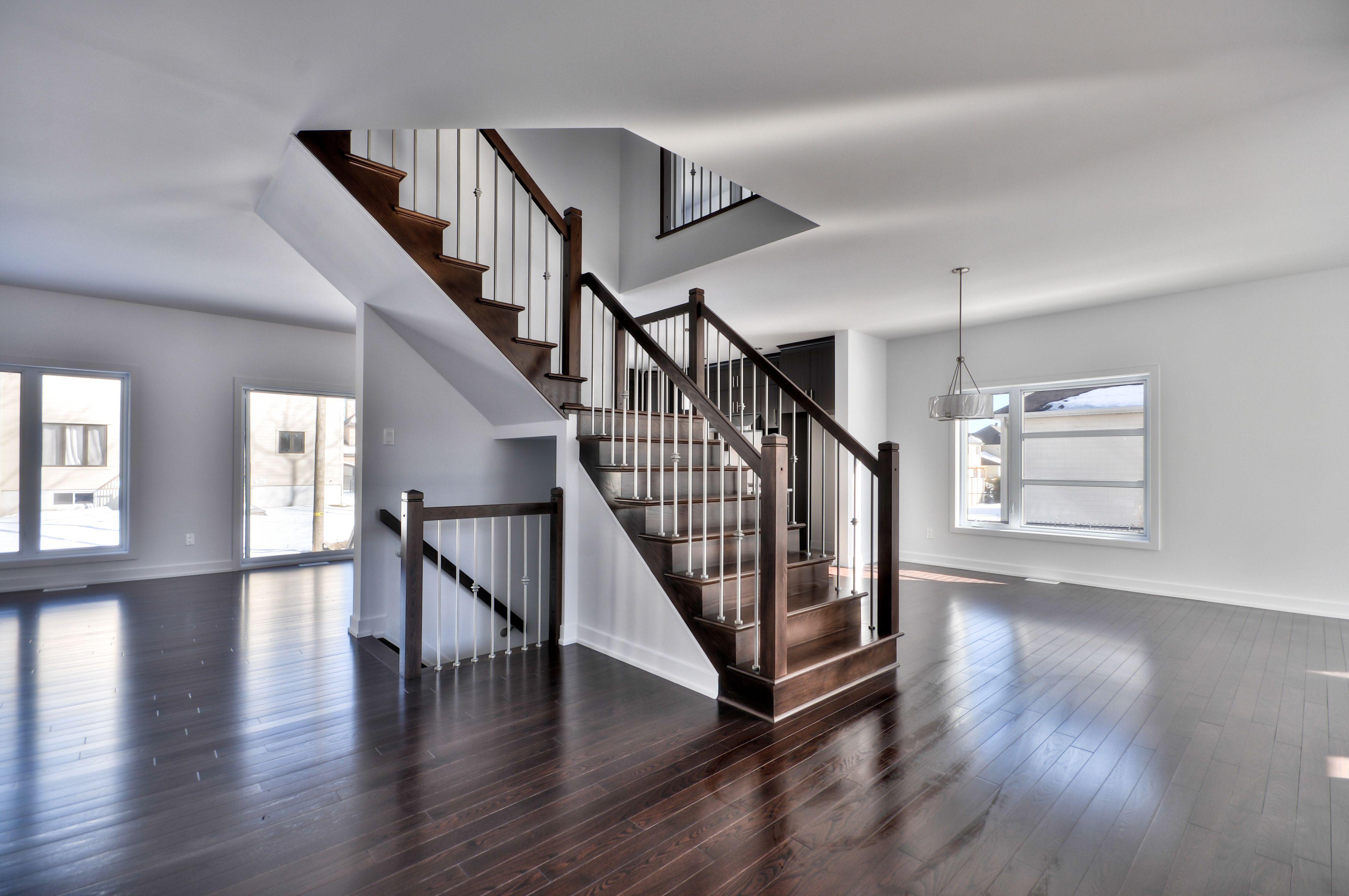 Escalier en bois franc avec maison air ouverte. Maison neuve ...