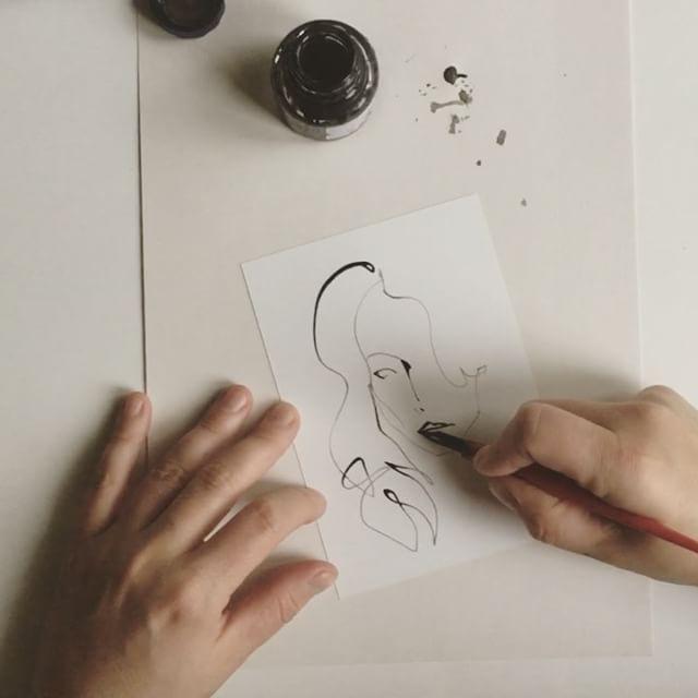 This is how I do it. Piirtämisvideota toivottiin ja tässä sellainen nyt olisi. Nopeaa tekemistähän hiusterällä piirtäminen on: havaintoja mallista tehdään jopa yhtäaikaisesti kuin piirretään. Mitään ei voi pyyhkiä, joten kaiken on onnistuttava kerralla. #drawing #piirtäminen #tussi #hiusterä #ink #nib #paulaeight #artist #howtodraw #mitenpiirretään