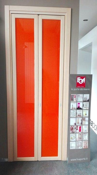 Legno rovere sbiancato con vetro laccato color arancio, ideale per ...