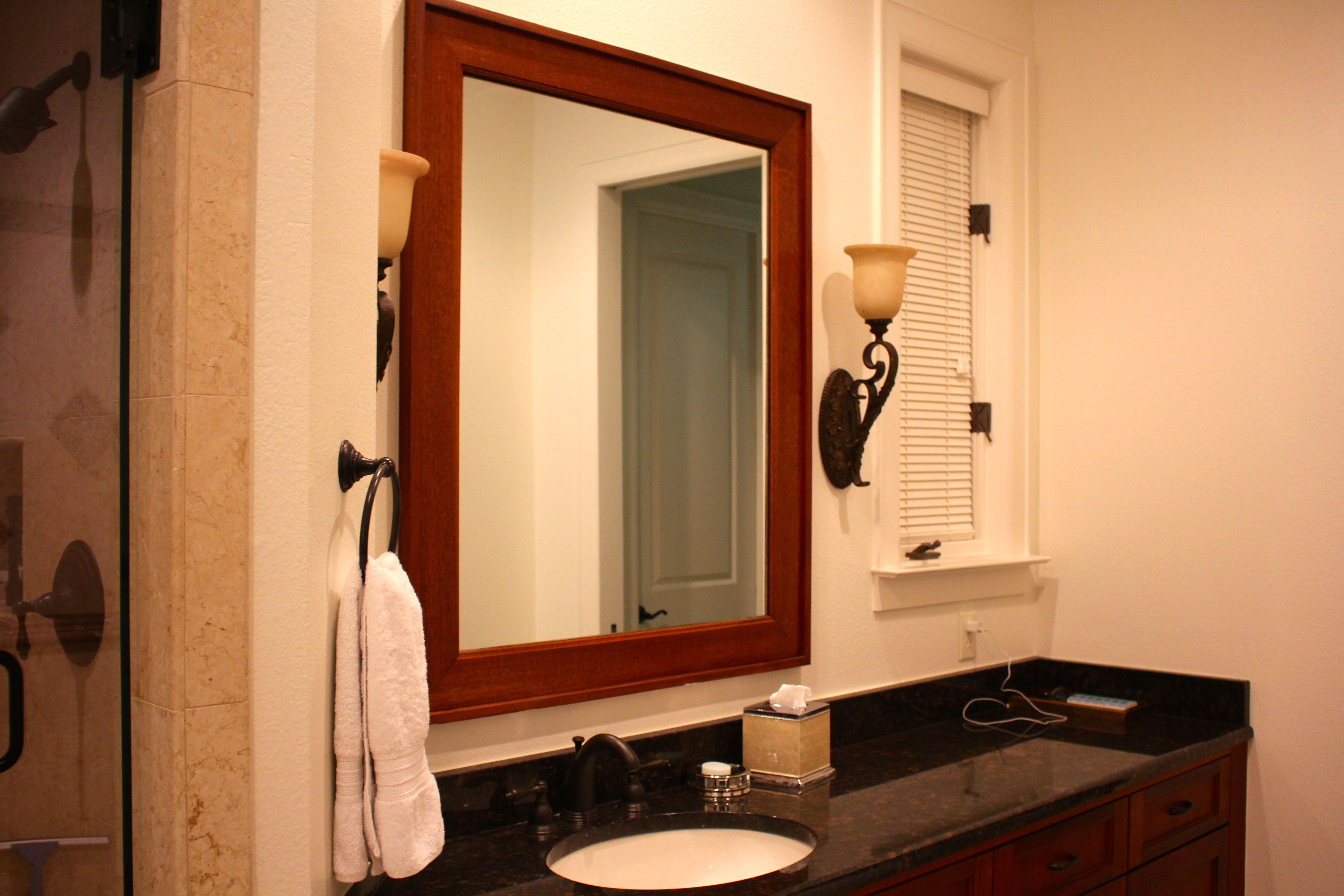 Voici la salle de bains de mes parents. Leur miroir marron, leur lavabo en porcelain