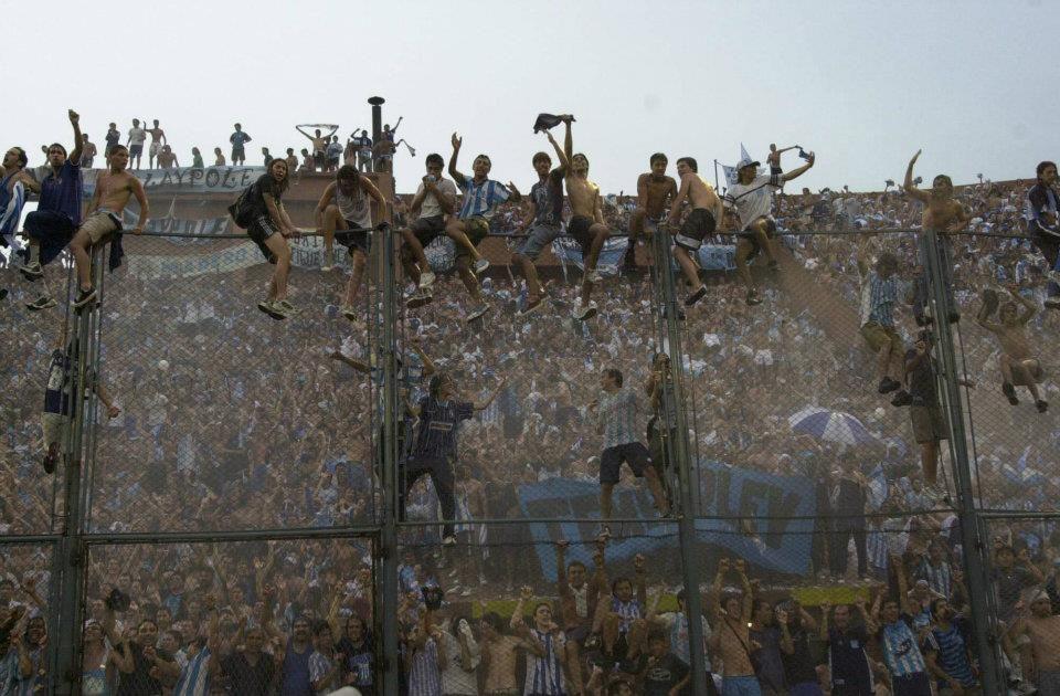 Racing Campeón Apertura 2001 - Los hinchas festejan el título en las tribunas del Estadio de Vélez Sarsfield.