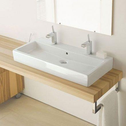 Vasque Duravit en céramique avec deux robinets. Grande superficie ...