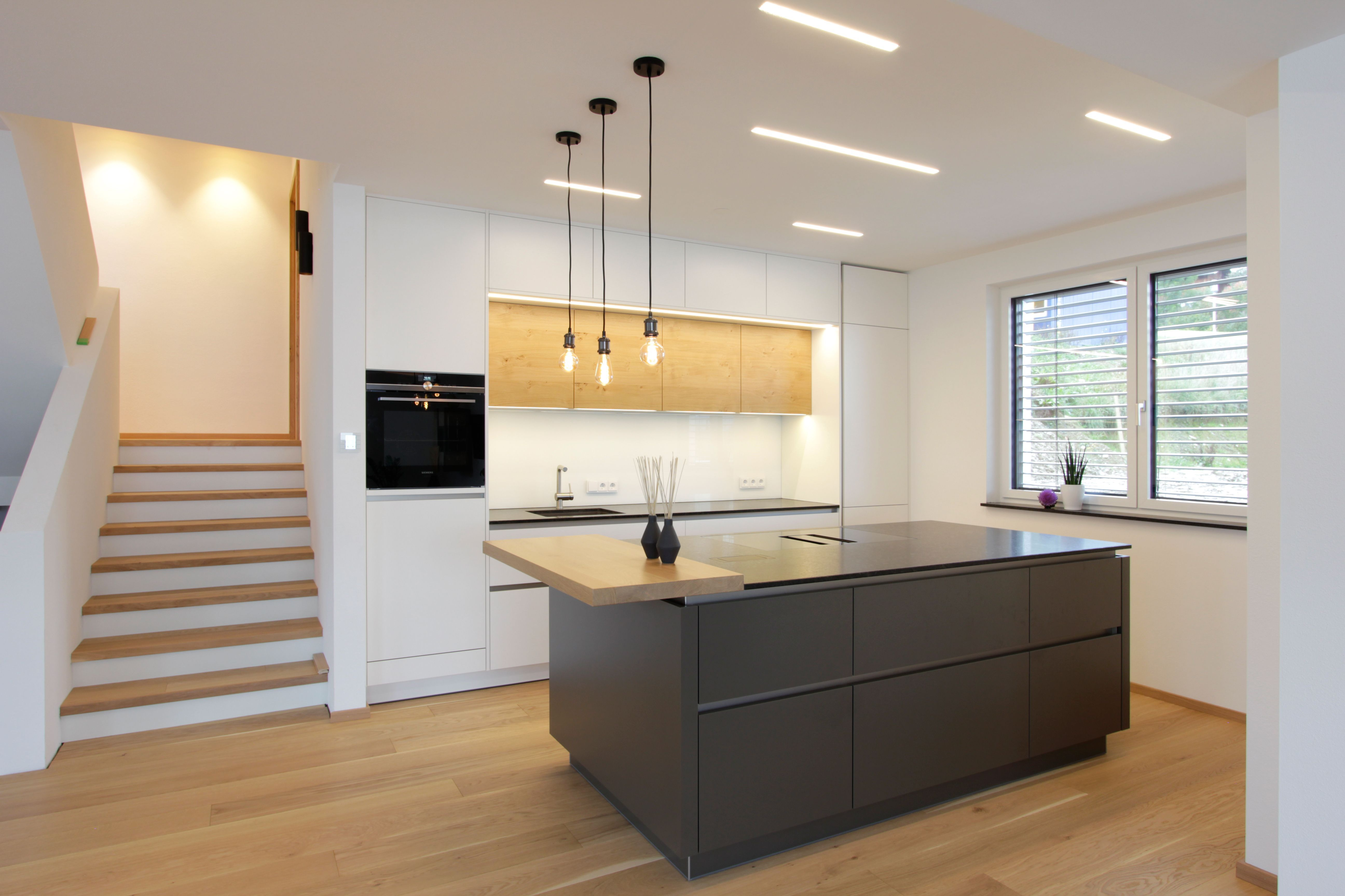 Moderne Kuche Mit Holz In 2020 Moderne Graue Kuche Moderne Kuche Innenarchitektur Kuche