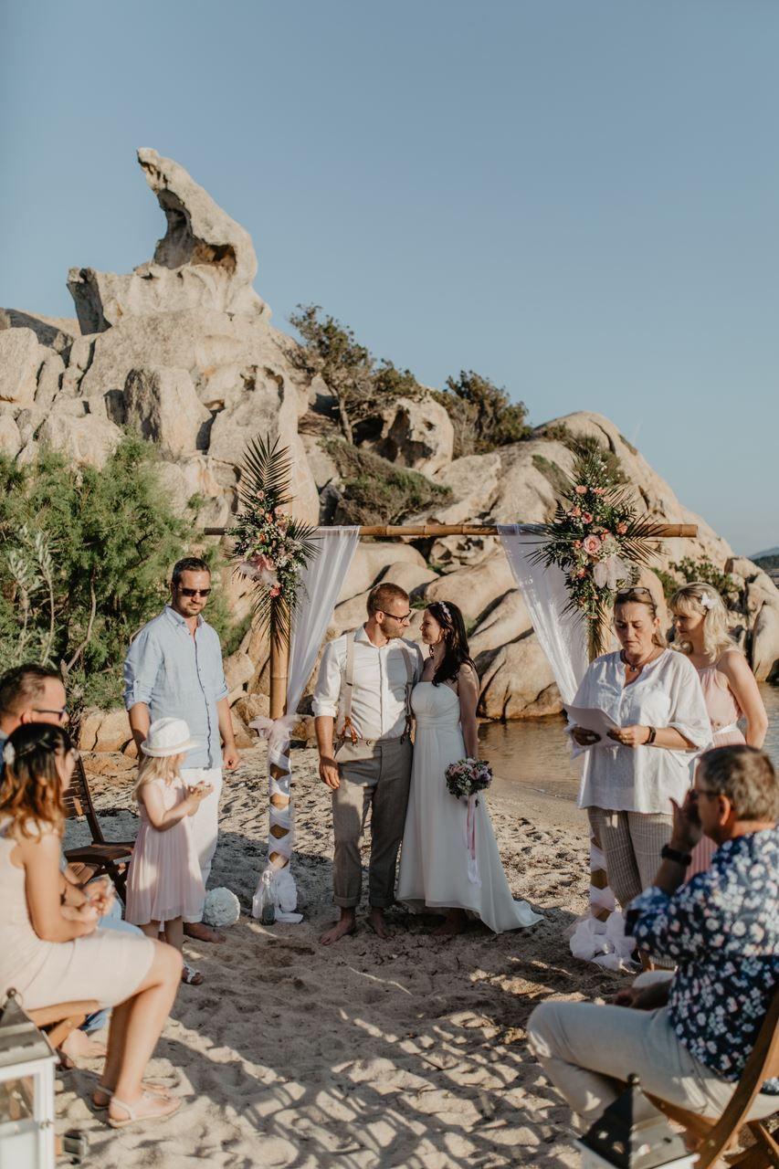 Freie Trauung Am Strand Dafur Ist Sardinien Einfach Perfekt Traumhochzeit Trauung Hochzeit
