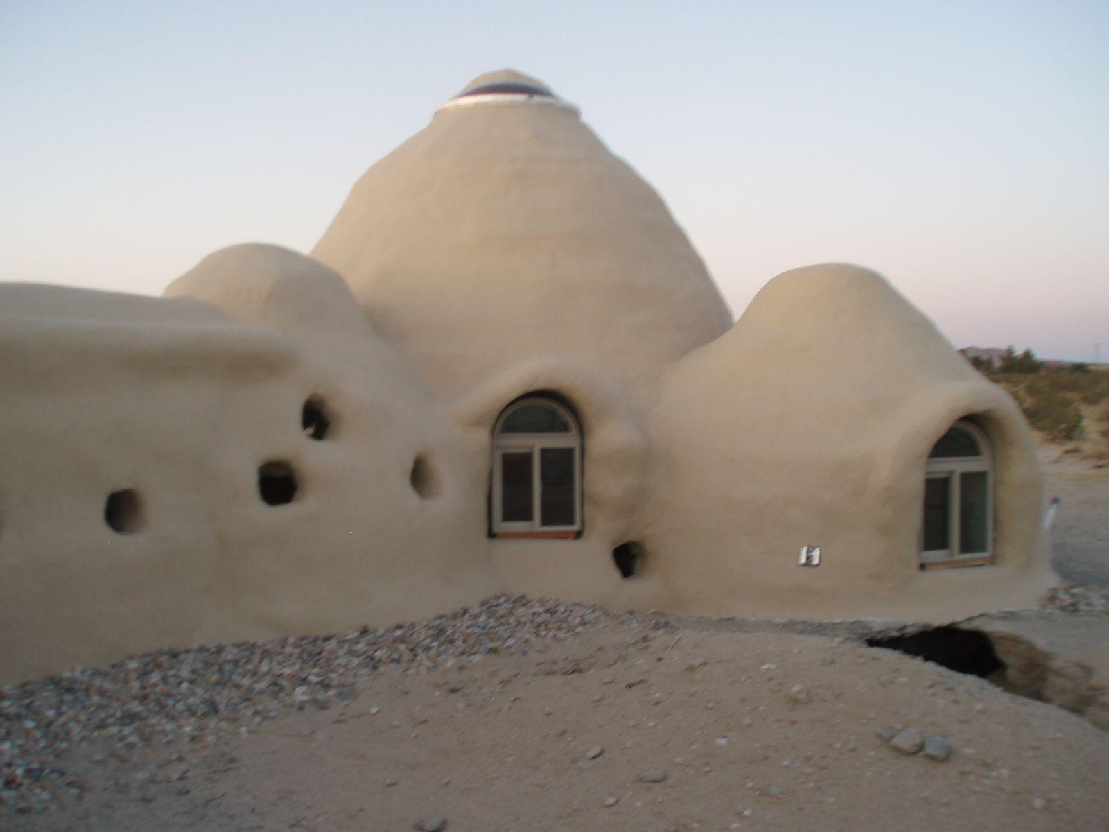 Superadobe A Finales De Los Años Setenta El Iraní Nader Khalili Desarrolló El Super Adobe Una Técnica De Const Eco House Design Building Images Earth Homes