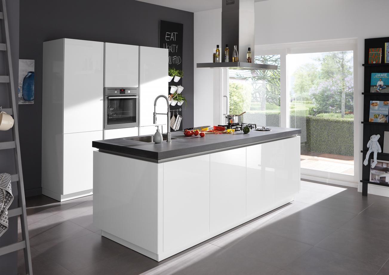 Witte keuken met kookeiland sorrento plus van superkeukens keukens kookeilanden gespot - Kleine keuken met bar ...