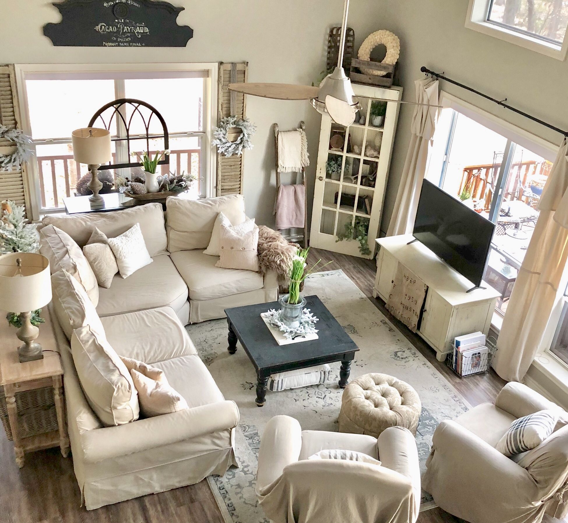 33 Best Christmas Country Living Room Decorating Ideas: Happy New Year Friends! I Hope You Have Your Best Year Yet