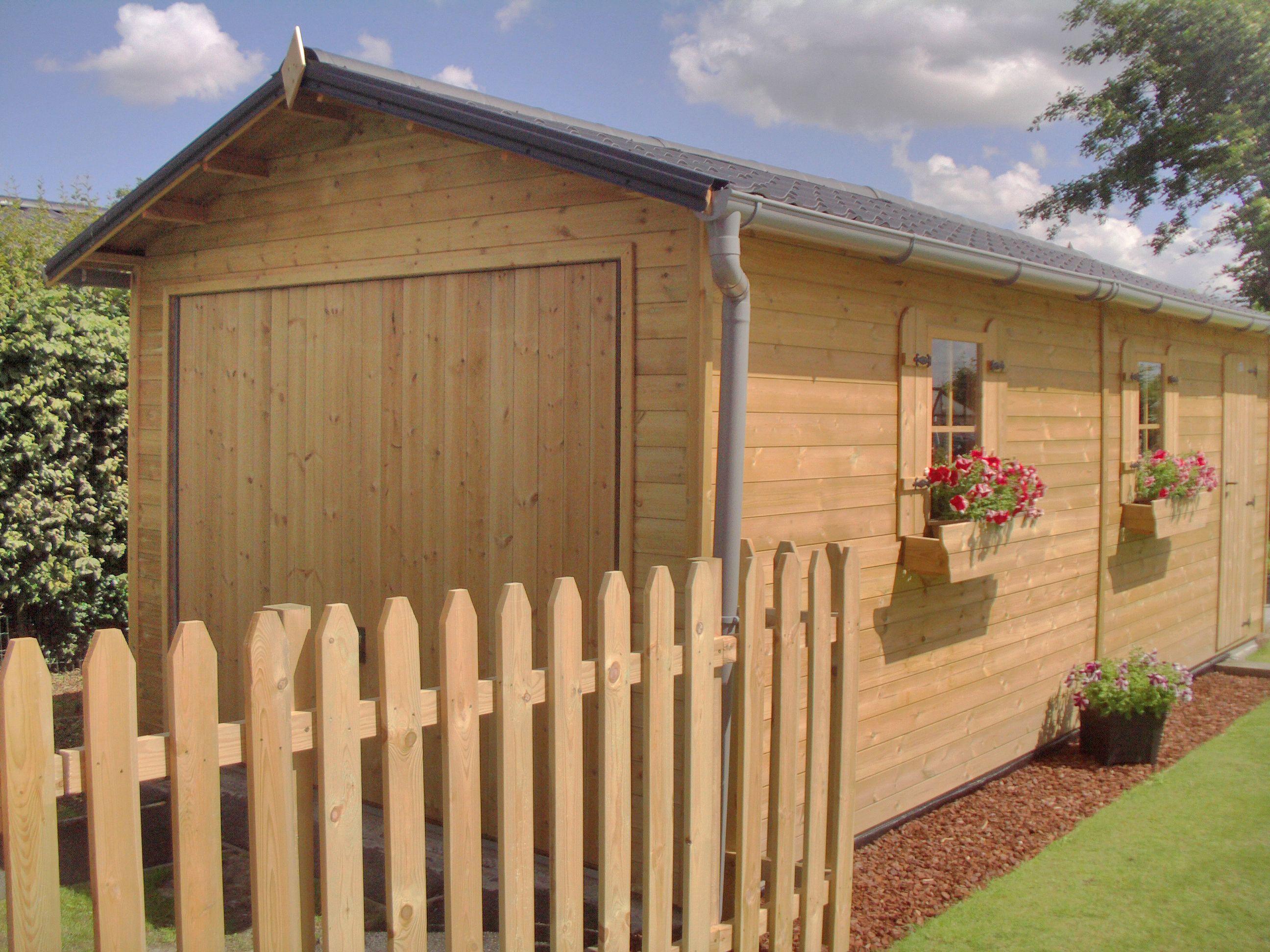 Klassieke houten garage met zadeldak Garage classique en