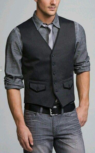a4718f6eefcb6 Pantalón griz camisa gris de mezclilla y chaleco negro