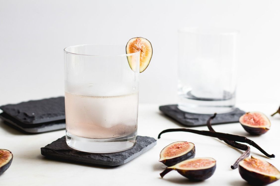 Fig, Vanilla Bean + Gin Cocktail - Get your fancy drink on with this fig and gin cocktail!