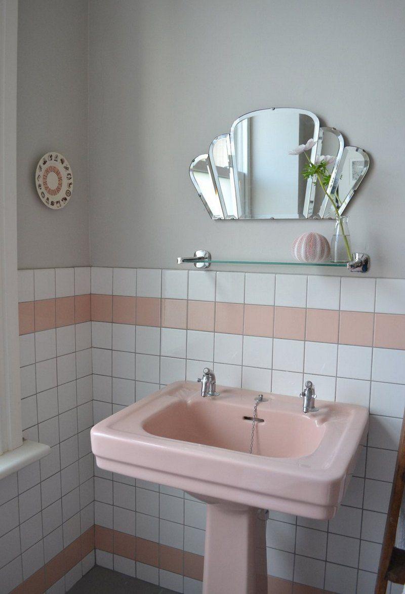 Salle De Bain Rose Et Blanche Avec Carrelage Mural Lavabo Miroir Eventail Vintage