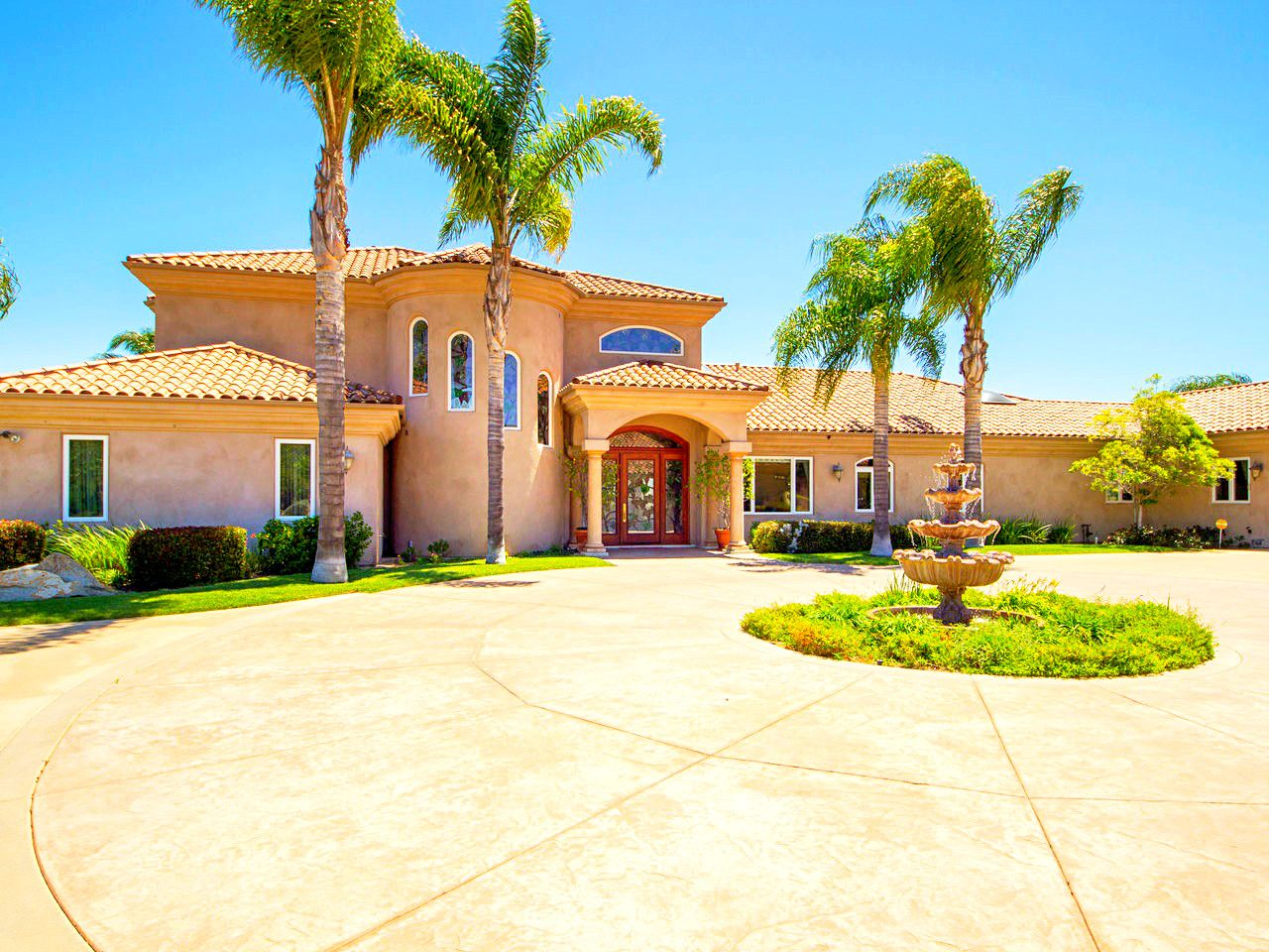 A fabulous estate with great layout and interior designs
