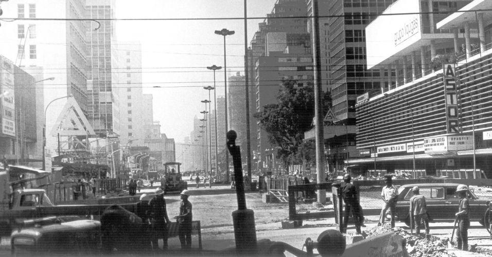 1974 - Em 1972 foi iniciada uma reforma na avenida Paulista. O projeto Nova Paulista previa o alargamento da avenida em 48 metros, melhorias urbanas e a construção de uma nova linha do metrô.