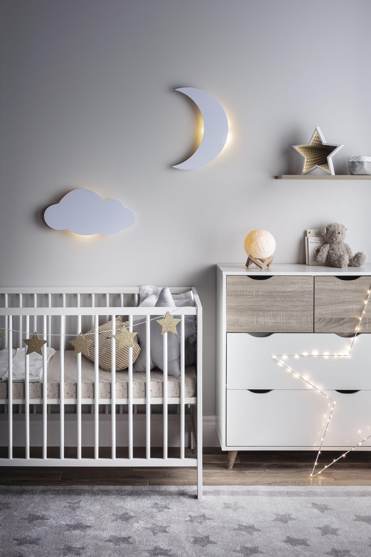 Ber Dem Bett Im Kinderzimmer Eignet Sich Eine Indirekte Beleuchtung Besonders Gut W Hrend Das Kleinkind Schl In 2020 Baby Room Decor Small Baby Room Kids Room Design