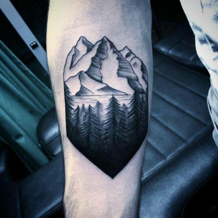 tatouage noir et blanc, montagne, lac et rivière tatoués sur le bras homme