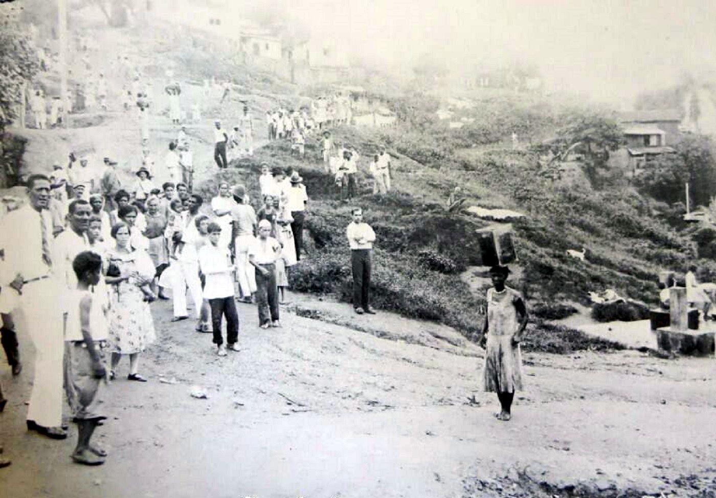Morro de São Carlos e os moradores na década de 30.  https://www.facebook.com/Guarantiga?fref=ts