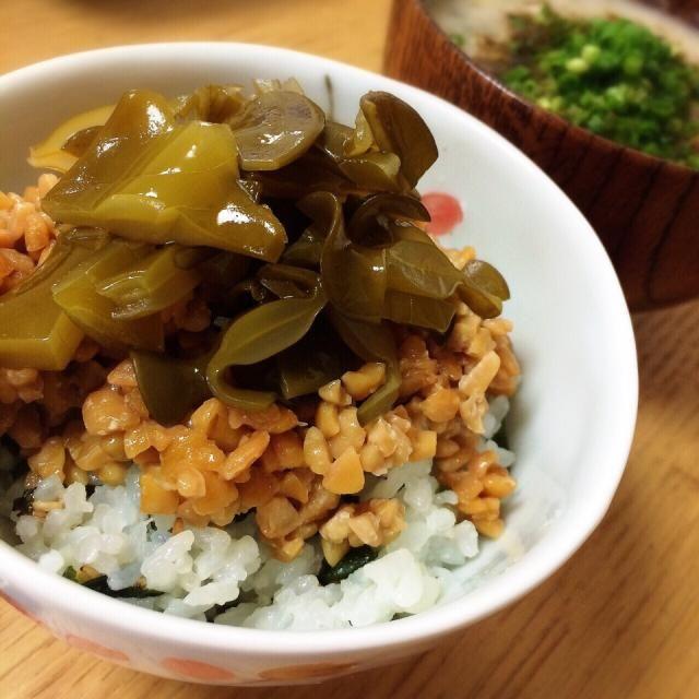 先日、須磨で採ったワカメ めかぶを酢漬けにして、ひきわり納豆と一緒に、めかぶ納豆ご飯にしました✨  めかぶは細かく切らず… ざくざくの粗切り、コリコリして美味しい〜  ワカメご飯も、その時のわかめです。 - 150件のもぐもぐ - 生めかぶの酢漬けと納豆 〜わかめご飯で ♪ by angiee2014