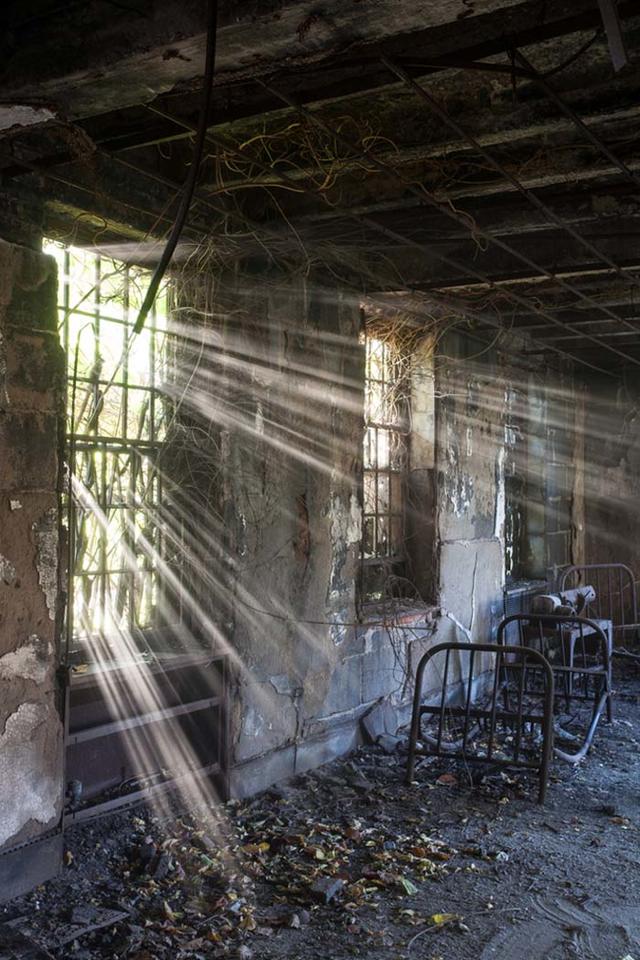 アメリカ各地に点在する廃墟化してしまった精神病院の内部を撮影した