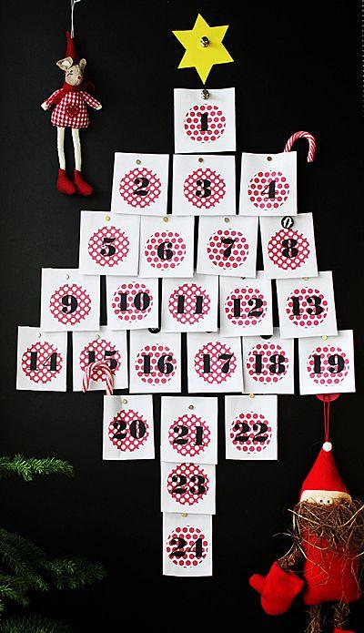 Tulostin kopiopaperille kalenterin päivät ja taittelin pieniksi pusseiksi. Magneeteilla kiinni magneettitarraan ja nyt pitäisi vielä täyttää pussit pikku ylläreillä.