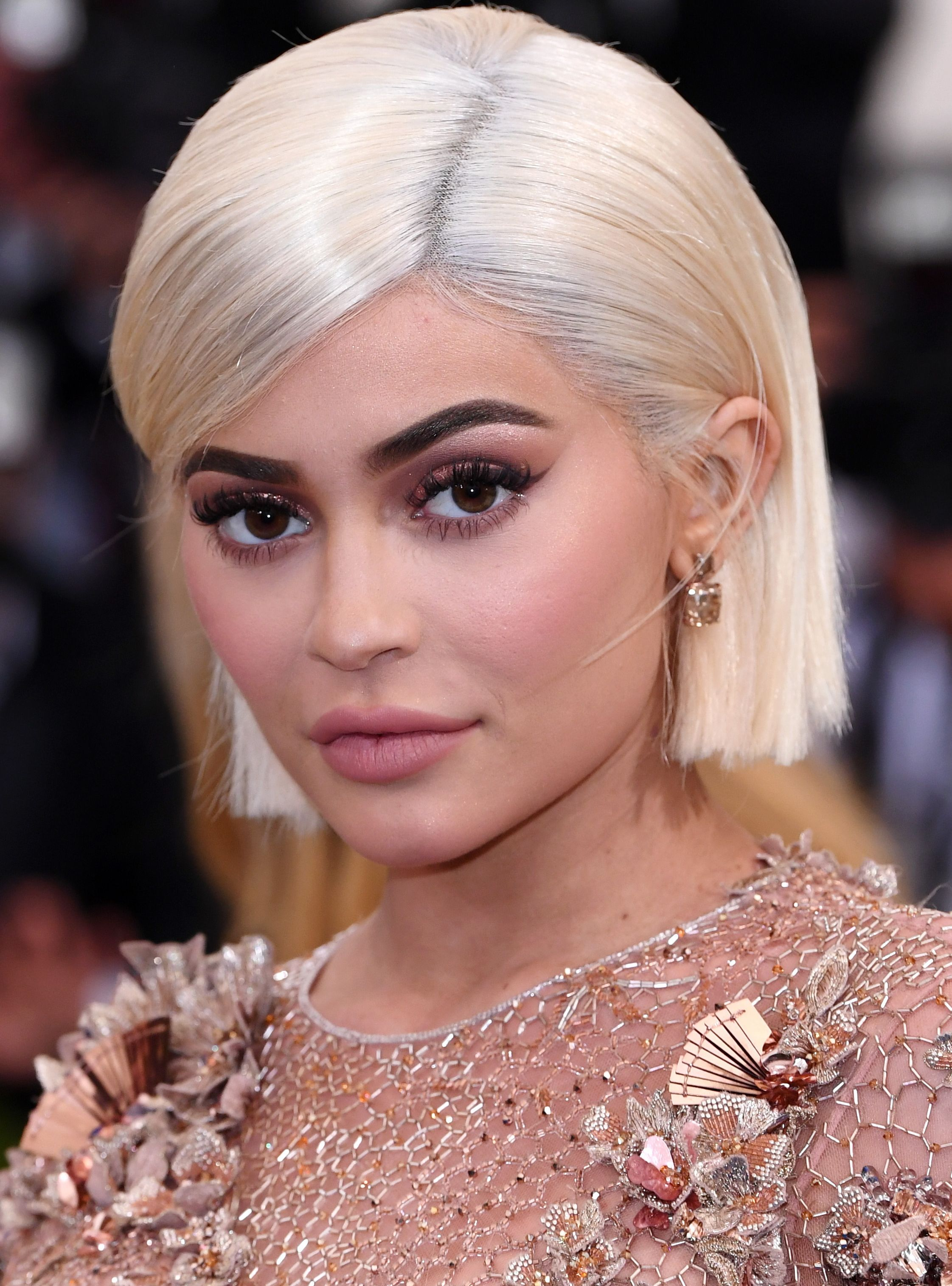 This Is Why Kylie Jenner S Daughter Has A Surprising Last Name Kylie Jenner Blonde Hair Kylie Jenner Blonde Celebrity Eyebrows