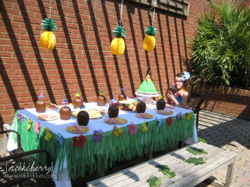 Hawaiian party table decor #luaupartyideas #hawaiianparty