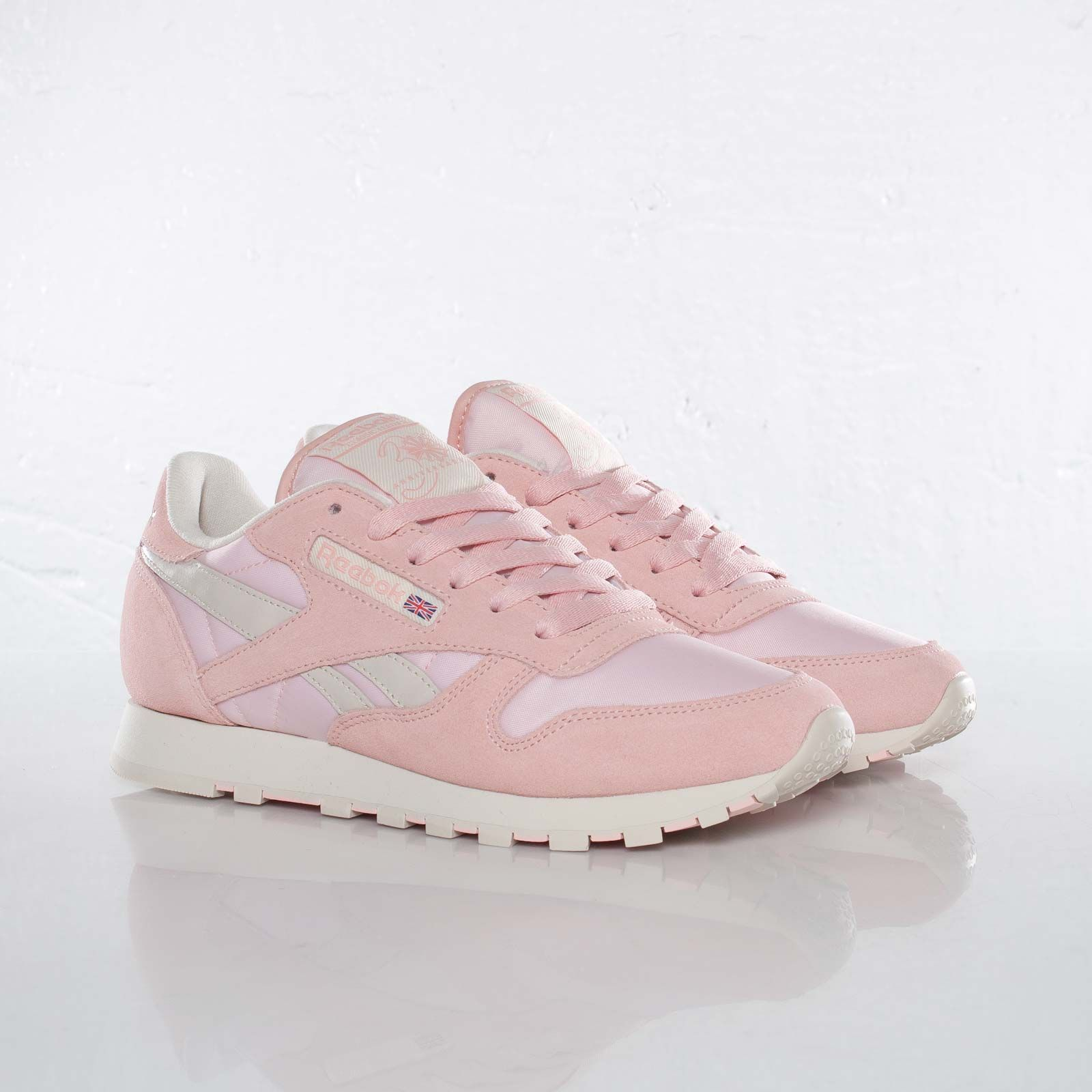 reebok classic trainers womens pink cheap   OFF50% The Largest ... a55e87b2f