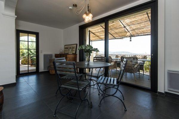 Moderne villa met zwarte aluminium ramen en schuifdeur Realisatie - villa wohnzimmer modern