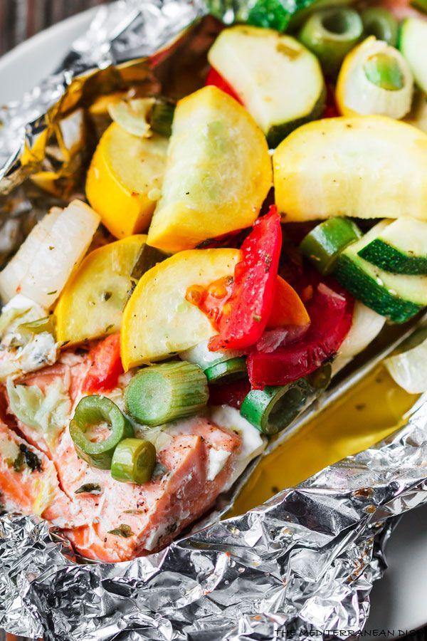 Em estilo mediterrâneo Forno Baked Salmon na folha    O prato Mediterrâneo.  Salmão com alho e tomilho, coberto com legumes e um molho amanteigado-cal e cozido em folha com perfeição!  Coze em menos de 25 minutos!  Tente esta fácil jantar em breve.