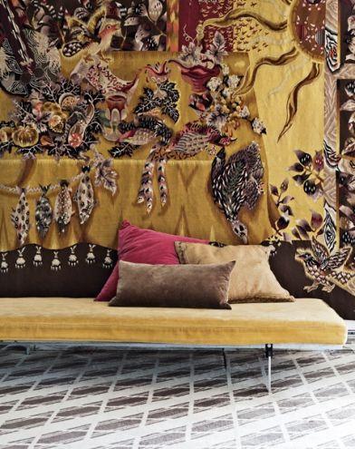 Decor inaspettato per la zona living: divano/daybed con a parete un tessuto patchwork.