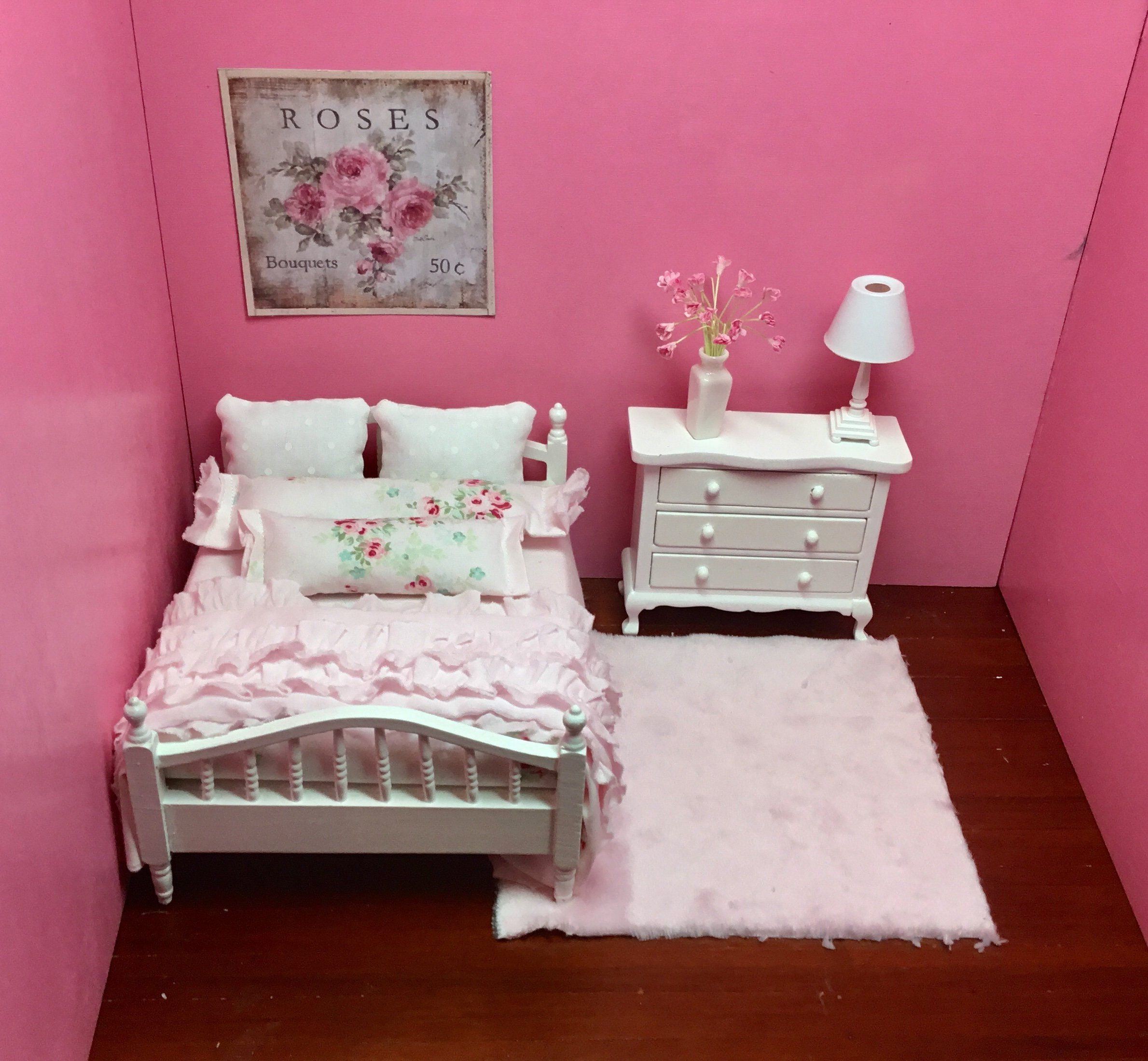 Dollhouse Miniature Soft Pink Fully Dressed Double Bed White Chest Working Lamp Pink Rug Flowers Flor Girl