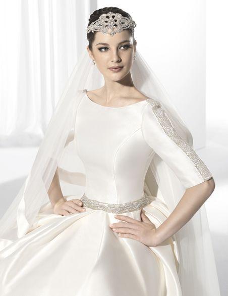 Vestidos de novia de lnea clsica con corte en cintura y escote de