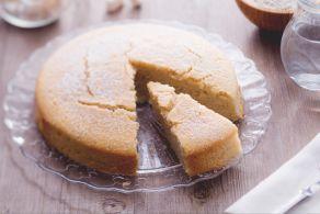 La torta all'acqua al limone e zenzero è una torta senza burro e senza uova, facile da preparare e con le note aromatiche del limone e dello zenzero