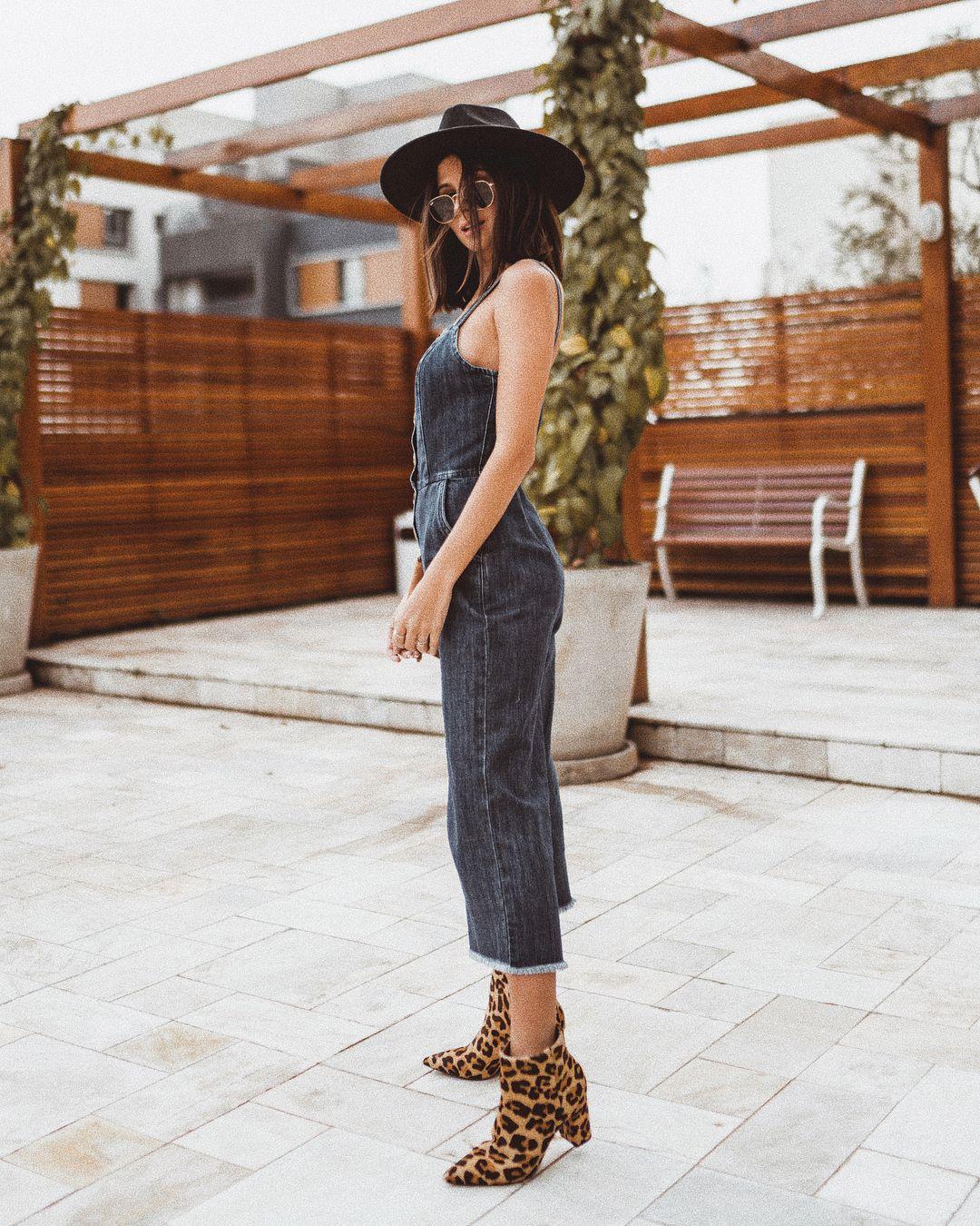 Macacão jeans + botas de onça + chapéu  lookdodia Instagram   viihrocha  Macacos Animais 8bdb8b6f105