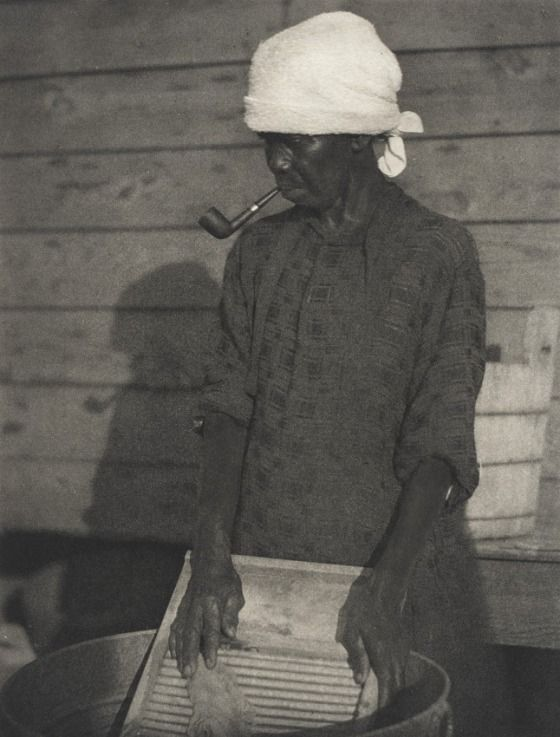Doris Ulmann - Old woman doing laundry, 1933