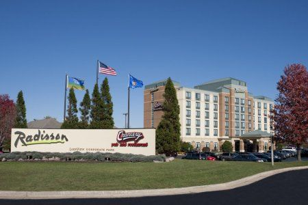 Stop At Radisson Hotel Conference Ctr Kenosha To Discover The Wonders Of Pleasant Prairie Wi Offers Guests A Range Services And Amenities