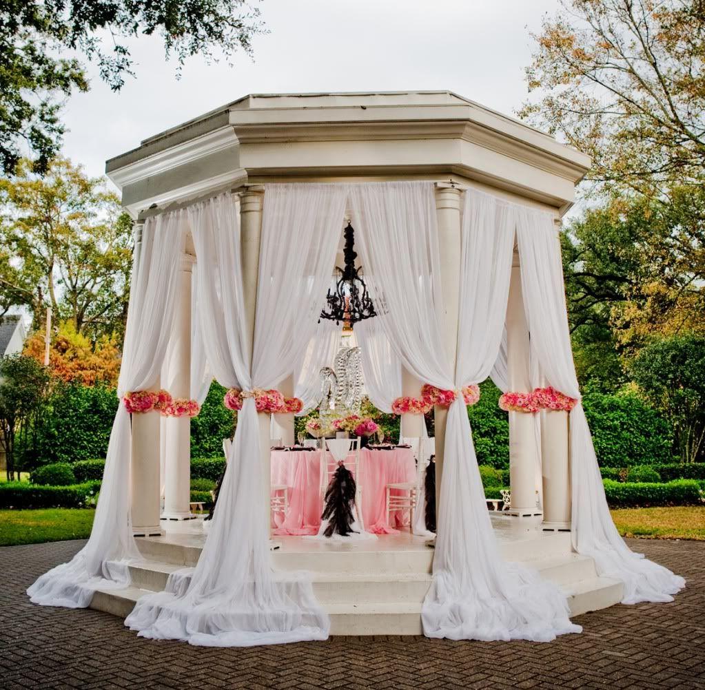 Lake Wedding Ideas: Gorgeous Wedding Theme! It's A Subtle Swan Lake Theme With